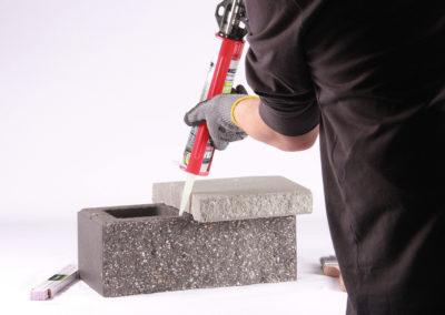 Zdjęcie instruktażowe łączenia betonowych elementów ogrodzenia