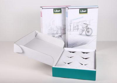 Białe ekspozytory kostek brukowych zaprojektowane na zamówienie marki Libet
